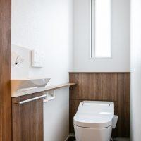木の木目が落ち着くトイレ