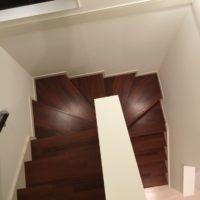 勾配のゆるやかな階段